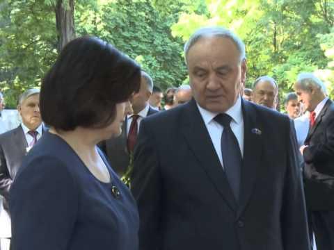 Президент Николае Тимофти возложил цветы к бюсту Михая Эминеску на Аллее классиков