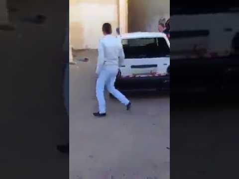 العرب اليوم - شاهد: طلاب مدرسة يقومون بتكسير سيارة معلمهم لأنه عاقبهم