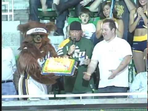 video que muestra como se cae la tarta de cumpleaños del oso de los Utha Jazz