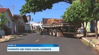 Caminhão sem freios arranca semáforo e assusta moradores de Marília
