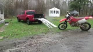 Mistrzowski manewr! Załadunek motocykla na pakę z pięknym saltem przez burtę.