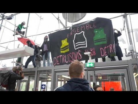 Κατάληψη εμπορικού κέντρου από οικολόγους ακτιβιστές στο Παρίσι…