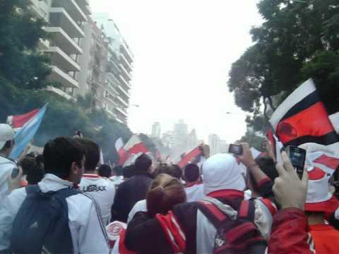 Video - Caravana por los 111 años de River (inicio de la caminata hacia River) - Los Borrachos del Tablón - River Plate - Argentina