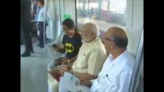 मेट्रो में मोदी : आम यात्रियों से मिलते हुए