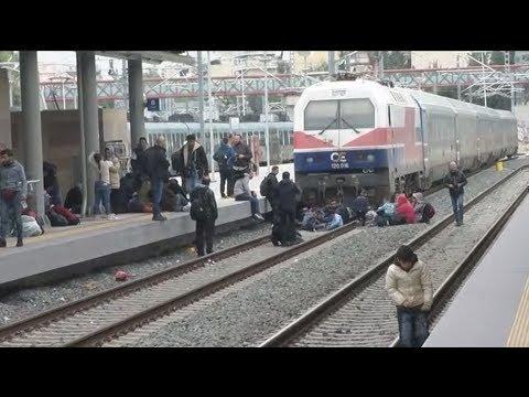 Κατάληψη των γραμμών του τρένου στο Σταθμό Λαρίσης πραγματοποιούν πρόσφυγες και μετανάστες