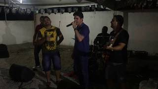 Deputado Tovar surpreende e vira vocalista em banda, durante festa na casa do prefeito de Piancó