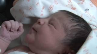 Adana'da yeni doğmuş bebek, çanta içerisinde çöp yanına bırakıldı. Yoldan geçen bir vatandaş tarafından bulunan bebek, hastaneye götürüldü. Olay, Seyhan ilçesi Hürriyet Mahallesi 20020. Sokak'ta meydana geldi. Edinilen bilgiye göre, göbek bağı kesilmiş yeni doğan kız bebek, kadın çantası içerisinde çöpün yanına bırakıldı. Turushan Çokseyrek (29) sokakta yürürken çöpün yanındaki çantadan ağlama sesleri duydu. Bunun üzerine çantayı açan Çokseyrek, çantada bebek olduğunu görünce çantayla birlikte bebeği hemen Hürriyet Polis Merkezine götürdü. Yeni doğmuş kız bebek polis merkezine gelen sağlık ekiplerince Adana Numune Eğitim ve Araştırma Hastanesi'ne götürüldü. Polis, bebeği çanta içerisinde çöpün yanına bırakan anneyi arıyor.=====================================================İhlas Haber Ajansı YouTube Kanalına Abone Olmak İçin:► http://bit.ly/IHA-Abone İhlas Haber Ajansı Resmi Web Sitesi► http://www.iha.com.trİhlas Haber Ajansı Sosyal Medya Adresleri► https://facebook.com/iha.com.tr► https://twitter.com/ihacomtr► https://instagram.com/ihacomtr/► https://plus.google.com/+ihatr_ihacomtr/İhlas Haber Ajansı hakkındahttp://www.iha.com.tr/hakkimizda.htmlİhlas Haber Ajansı'na ulaşmak için►http://www.iha.com.tr/hakkimizda.html