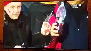 """Dwóch kibiców przyuważonych przez kamerę jak się raczą """"pepsi"""" podczas skoków"""