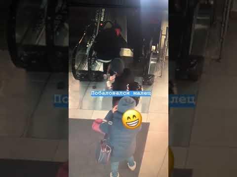 Решил не переступать последнюю ступеньку: В одном из ТРЦ Владивостока обувь молодого человека затянуло в эскалатор