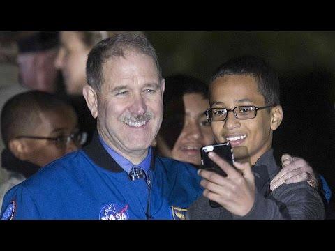 ΗΠΑ: 15 εκατομμύρια δολάρια ζητεί η οικογένεια του μαθητή που συνελήφθη για αυτοσχέδιο ρολόι