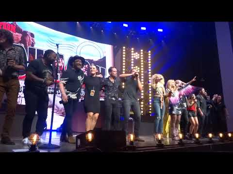 "Little Big Town And Miranda Lambert Sing ""Lean On Me"" At The End Of The Bandwagon Tour"