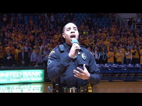 開場歌手遲遲未出現,這名美國警察不得已之下拿起麥克風,一開口就讓全場陷入瘋狂!