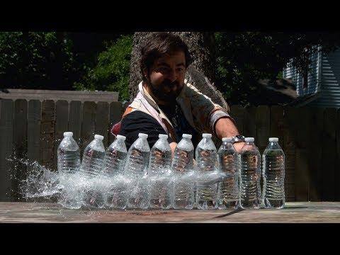 Κόβοντας πλαστικά μπουκάλια με σπαθί Κατάνα σε slow motion