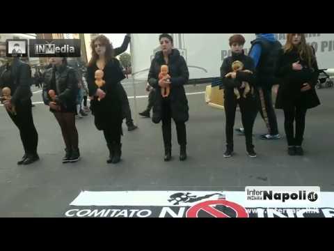 Singolare protesta del comitato «No inceneritore» in Via Toledo a...