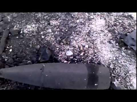 Солдаты ВСУ меланхолично осматривают свою разбитую после артиллерийского удара ополченцев технику
