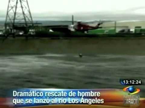 Rescate en Estados Unidos Luego de varios intentos para sacar a un hombre del agua del río Los Ángeles, fue salvado por los bomberos