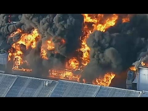Melbourne: Lager für Industrie-Abfälle steht in Flamme ...