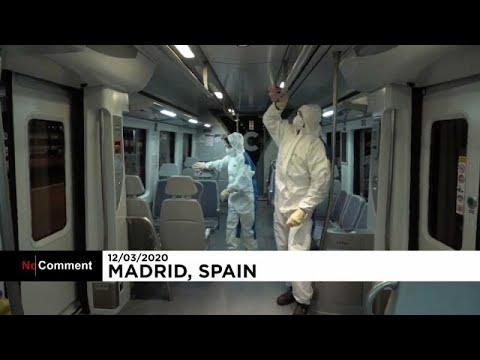 Menschen im Schutzanzug desinfizieren in Madrid Züge