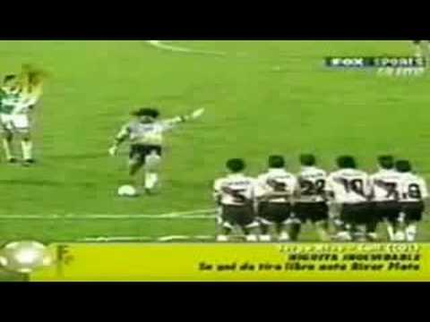gol - Rene takes a free kick and makes an incredible goal that sends the crowds roaring.