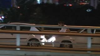 Ankara'da iki kişinin arızalanan otomobili, hareket halindeki başka bir otomobilin kaputuna oturarak vurdurmaya çalışması akıllara durgunluk getirdi. Olay, gece saatlerinde Yenimahalle'de meydana geldi. Edinilen bilgilere göre; Mevlana Bulvarı üzerinden Mamak istikametinde seyreden bir otomobil arızalanarak yolda kaldı. Aracı çalıştırmak için iteklemeye başlayan yolcular, Mevlana Bulvarı ile Fatih Sultan Mehmet Bulvarı'nın kesiştiği üst geçitte otomobili yokuş yukarı iteklemekte zorlandı. Bu sırada bulvardan geçen başka bir sürücünün yardımına başvuran yolcular, arızalı arabanın arkasında duran otomobilin kaputuna oturdu ve ayaklarını da itekledikleri otomobilin tamponuna dayadı. Arkadaki otomobilin harekete geçmesiyle birlikte iki otomobil aralarındaki iki yolcuyla birlikte yol almaya başladı. Trafiğin hızla aktığı bulvarda bir süre bu şekilde yola devam eden aradaki yolcular, hem kendi canlarını hiçe saydı, hem de olası bir kazaya davetiye çıkardı. Arızalı otomobilin hızını aldıktan sonra vurdurularak çalışmasının ardından tehlikeli seyahat sona erdi.=====================================================İhlas Haber Ajansı YouTube Kanalına Abone Olmak İçin:► http://bit.ly/IHA-Abone İhlas Haber Ajansı Resmi Web Sitesi► http://www.iha.com.trİhlas Haber Ajansı Sosyal Medya Adresleri► https://facebook.com/iha.com.tr► https://twitter.com/ihacomtr► https://instagram.com/ihacomtr/► https://plus.google.com/+ihatr_ihacomtr/İhlas Haber Ajansı hakkındahttp://www.iha.com.tr/hakkimizda.htmlİhlas Haber Ajansı'na ulaşmak için►http://www.iha.com.tr/hakkimizda.html