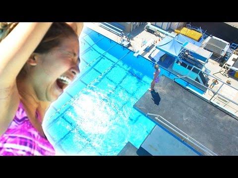完全沒跳水經驗的女生第一次爬上「10米高跳台」挑戰跳水,當她往下一看當場就掩面不敢前進…