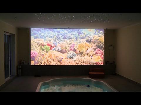 sufity napinane na ścianie - oświetlenie basenowe - basen w domu - obrazy świecące