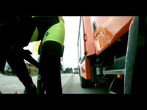 Strażak wyjaśnia rowerzyste niewidzącego ścieżki rowerowej