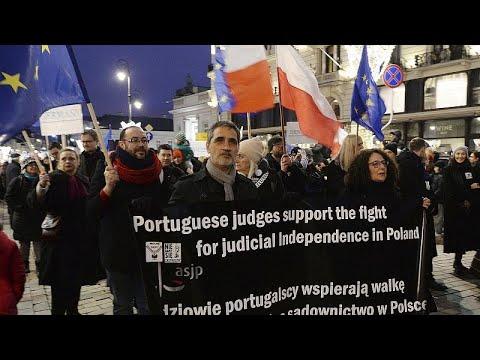 Polen: Richter aus 20 Ländern demonstrieren für freie ...