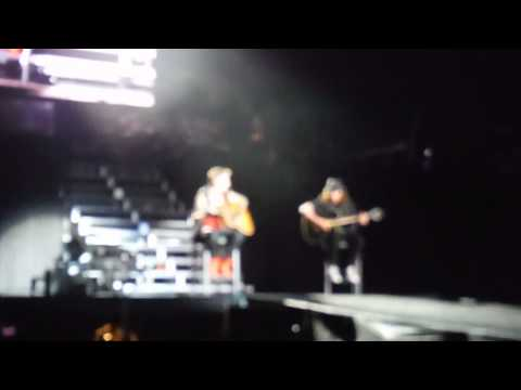 jaxon - Justin singing Fall acoustic. Jaxon and Jazzy show up on stage. so cute!!!!