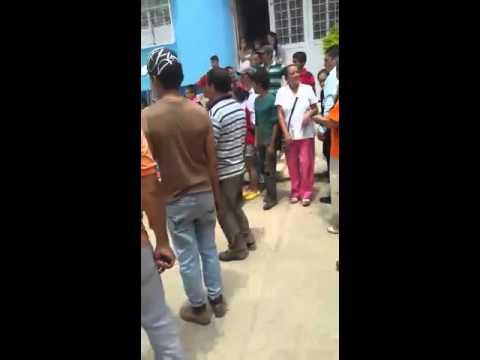 Muere Anciano en Planadas tras accidente de tránsito, los paramédicos lo dejaron caer delante de la comunidad.