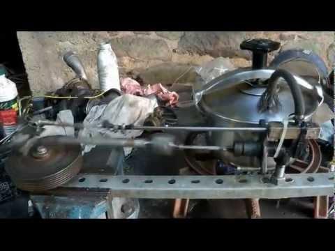 moteur vapeur - Moteur à vapeur simple effet fabriqué à partir d'un maître-cylindre de frein de voiture et tournant grâce à la vapeur vive d'une cocotte minute.