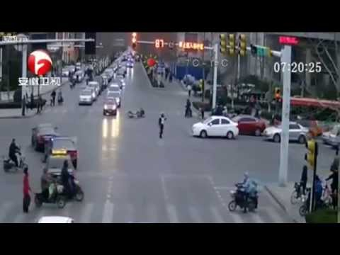 Drunk driver smashes bicycle rider, then takes down traffic cop | Liveleak , BBC, ANTV (видео)