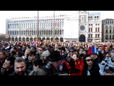 Толпы людей на площади Сан-Марко в Венеции
