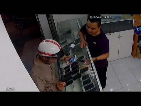 Chàng trai 'bay' qua tủ kính đuổi cướp điện thoại