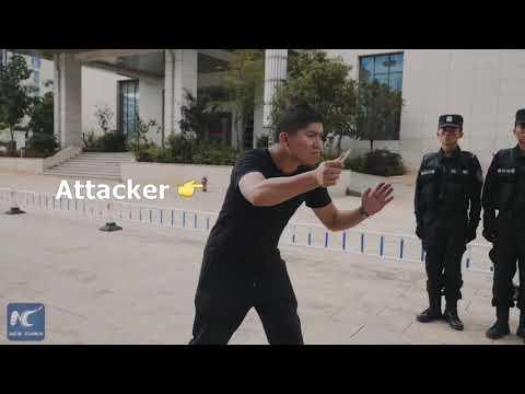 Kiinalainen poliisi näyttää miten puolustautua hyökkääjältä