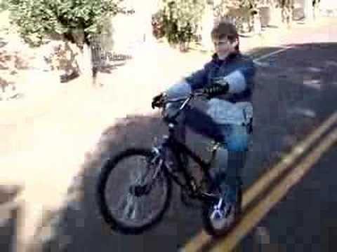 Empinando a bike soh no freio