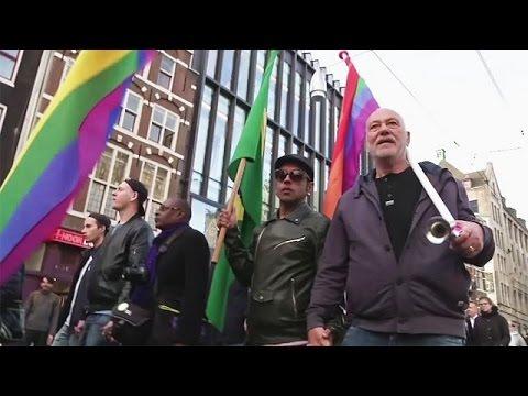 Διαδηλώσεις υπέρ του ομοφυλόφιλου ζευγαριού που ξυλοκοπήθηκε