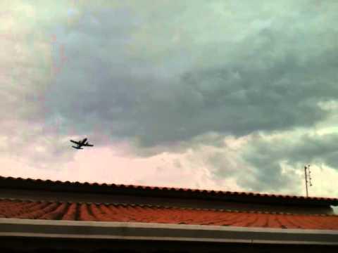 Decolagem avião da FAB - Bandeirante sobre Village Santana em Guaratinguetá