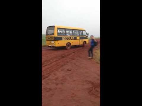 ARAPUÃ   Vídeo revela ônibus escolar deslizando no Barro em Arapuã