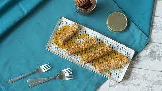 Tiras de queso feta cubiertas con ajonjolí se fríen en aceite de oliva y se sirven tibias con un toque de miel de abeja. Un aperitivo griego delicioso y fácil de preparar. Encuentra la receta completa en Allrecipes México: http://allrecipes.com.mx/receta/12426/dedos-de-queso-griego.aspx