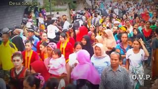 Desa songak sore ini ramai sekali akibat penganten dari desa Borok Toyang ke Desa Songak Lombok Timur,yang mengakibatkan jalan raya macet total.