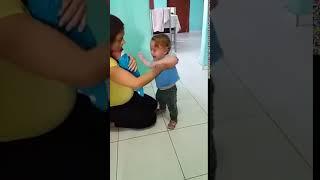 Mama myśli, że dwulatek płacze z zazdrości o brata! Wtedy spogląda na niemowlaka i wszystko rozumie!