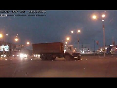 Авария в Уфе мусоровоз и легковушка