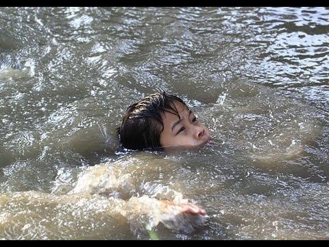 вытаскивать человека из воды в лодку во время наводнения