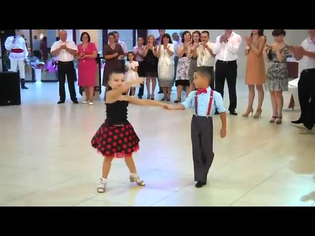 Màn nhảy như vũ công của 2 em bé