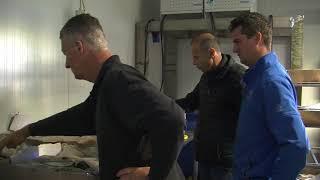 Visboeren bekijken nieuwe haring op de 2e pinksterdag