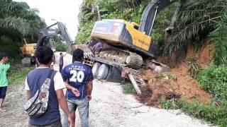 Video Kecelaka'an kerja. Excavator Kecelaka'an di atas tronton. MP3, 3GP, MP4, WEBM, AVI, FLV Juni 2018