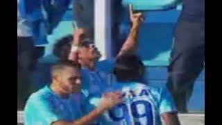 Curtam nossa página: http://www.facebook.com/LeandroSportsVideosAvaí segura pressão e vence o Cruzeiro pela primeira vez na históriaNa Ressacada, equipe visitante finaliza muito, mas goleiro Douglas Friedrich faz grandes defesas e segura vitóriaO JOGOPRESSÃO OU EFETIVIDADE?O Avaí precisou de uma chance para vencer. No primeiro e solitário chute do Leão da Ilha no primeiro tempo da partida contra o Cruzeiro, pela 16ª rodada, Júnior Dutra foi preciso para marcar o único gol da partida: 1 a 0. Antes e depois de sofrer o tento, a Raposa pressionou, martelou, chegou a 21 finalizações, 10 chances reais, 66% de posse de bola e ainda reclamou de três pênalti - um claro e não marcado em Elber -, mas acabou sem pontos na partida deste domingo, na Ressacada, em outra grande atuação do goleiro Douglas Friedrich, com cinco defesas difíceis.COMO ESTÁ A SITUAÇÃO?Os três pontos não tiram o Avaí zona de degola, mas o deixa mais perto de fugir o Z-4, em 17º lugar, com 17 pontos - São Paulo, porém, joga nesta segunda tirar uma posição do Leão da Ilha. A Raposa se mantém com 22 pontos, na 8ª posição.Na próxima rodada, no outro fim de semana, o Avaí viaja para São Paulo para enfrentar o Palmeiras, na Arena, às 19h. Também às 19h, mas de domingo, o Cruzeiro volta a atuar no Mineirão, onde recebe o Vitória, pela 17ª rodada do Brasileirão, antes a equipe celeste recebe o Palmeiras, pelo jogo de volta, das quartas da Copa do BrasilAPROVEITAMENTOAvaí precisou de apenas uma bola no primeiro tempo para marcar. No único chute em 45 minutos, fez 1 a 0, com Júnior Dutra. Ao todo foram 4 finalizações e apenas 2 chances reais. Já o Cruzeiro saiu de campo com 21 finalizações, 10 chances reais, 23 levantamentos na área, mas nenhum boa suficiente para transpor a defesa do time catarinense.