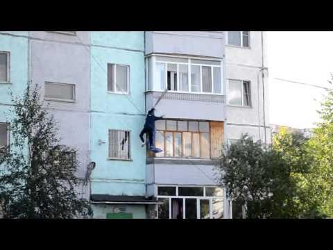 Kille ramlar ner från husvägg