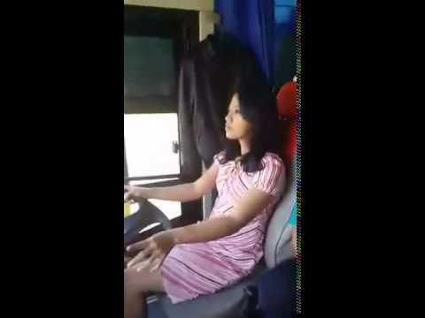 美女穿「 迷你裙 」駕駛大巴,竟然還可以…